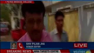 Bihar: Man denied stretcher by PMCH in Patna, carries his child in arms with an oxygen cylinder - NEWSXLIVE