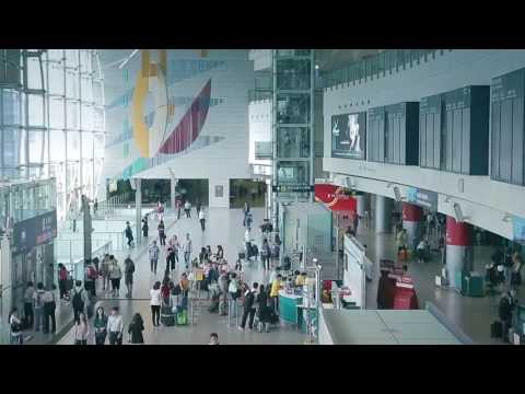 Industry professionals share their insights on the advantages of advertising on the Airport Express platform in Hong Kong.