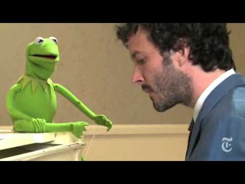 Bret McKenzie and Kermit the Frog sing Life s a Happy Song