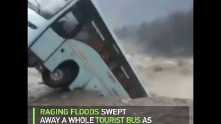 Raging flood sweeps away a whole tourist bus in India - RUSSIATODAY