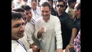 Rahul Gandhi 'winks' again at a tea stall in Bhopal - TIMESOFINDIACHANNEL