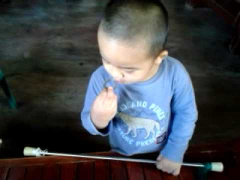 3yo kid doing thé baton Dance..lol