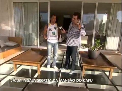 Geraldo invade mansão de Cafu e mostra sala que guarda segredos do ex-jogador