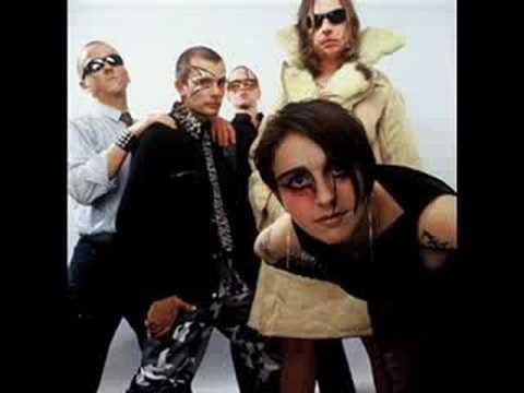 Założony w 1998 zespół Super Girl & Romantic Boys grał muzykę z pogranicza rocka i electro,  nie kryjąc jednak swoich inspiracji rzewnymi tekstami disco polo. Hybrydyczne w swoich początkach disco polo zyskało kolejne, dość zaskakujące wcielenie.