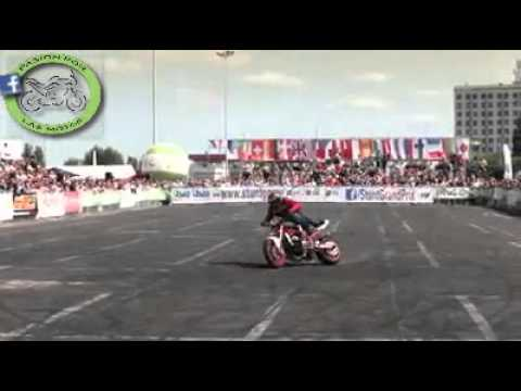 acrobacia en moto- stunt on motorcycle..