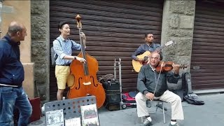 Furor: Turista se une a musicos callejeros, mira el resultad