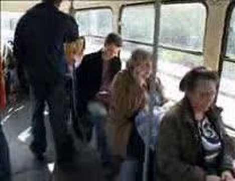Nesnesitelná bábá v tramvaji - Fakt Hustý!!