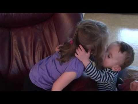 Całujące się dzieci to jeden z przebojów internetu w ostatnich tygodniach.