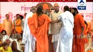 Kawardha: Sai devotee pulled down from the stage by Hindu saints - ABPNEWSTV
