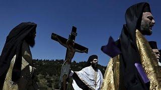 اليونانيون يتضرعون في عيد الفصح للمسيح ليكشف عنهم الغمة