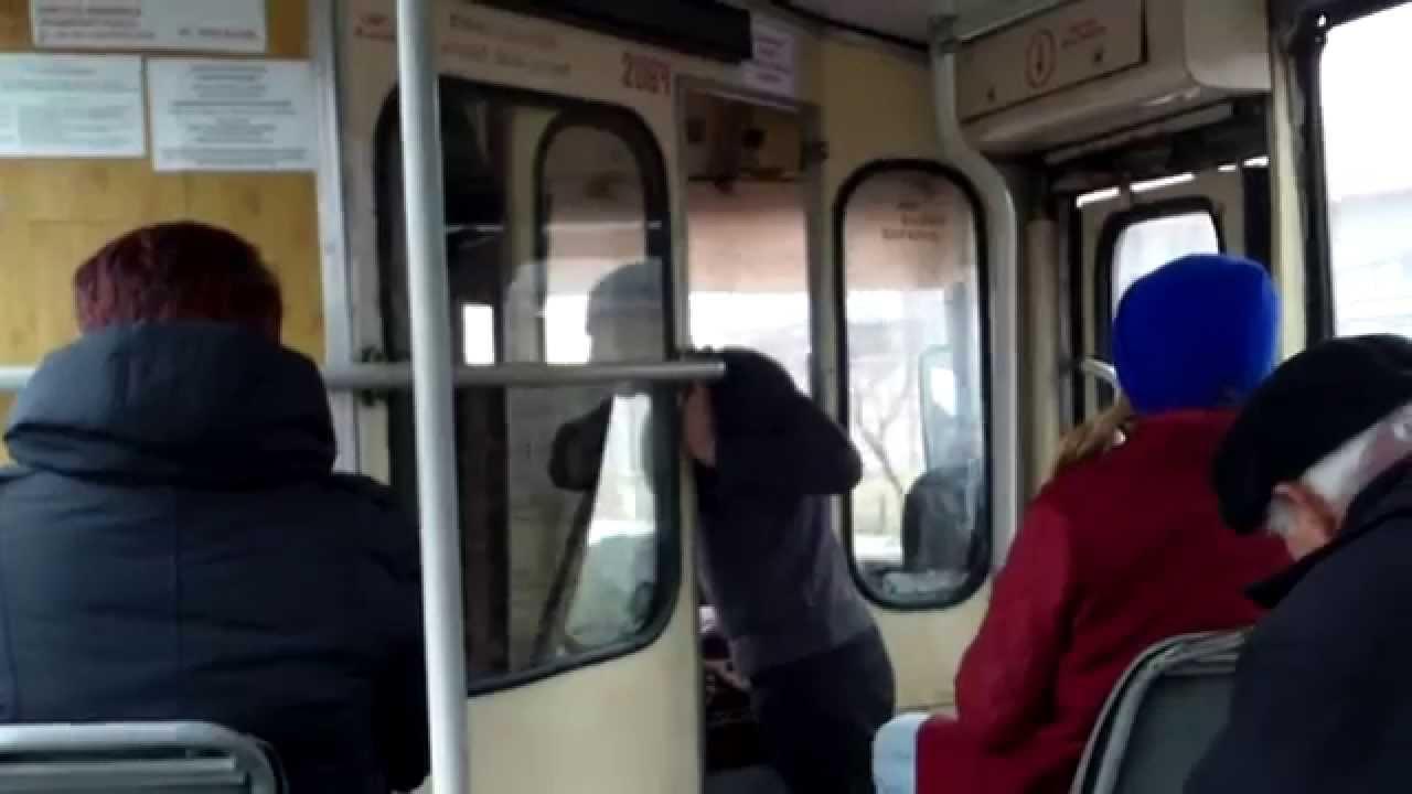 Troleibuzul 17, șoferița stă la taifas din mers