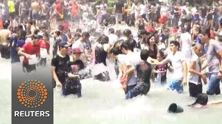 Armenians douse each other with water at summer festival - REUTERSVIDEO