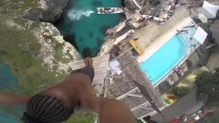 """بالفيديو : شاب من جامايكا يوثق قدرته على القفز من هوة صخرية الى البحر الكاريبي بكاميرا """"GoPro"""" !"""