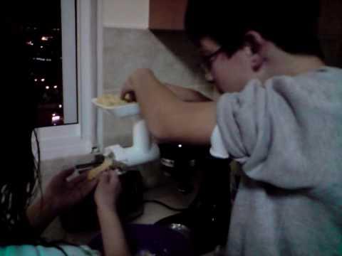 שחר ועומר מכינים עוגיות מרוקאיות