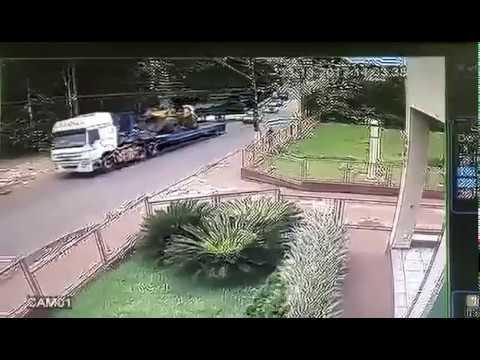 Pá Carregadeira cai de carroceria de caminhão em Águas de Santa Bárbara
