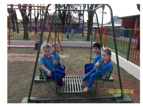 Nossas crianças brincam se diverte e crescem alegremente