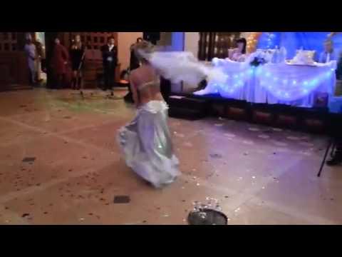 Я на своей свадьбе танцевала танец живота
