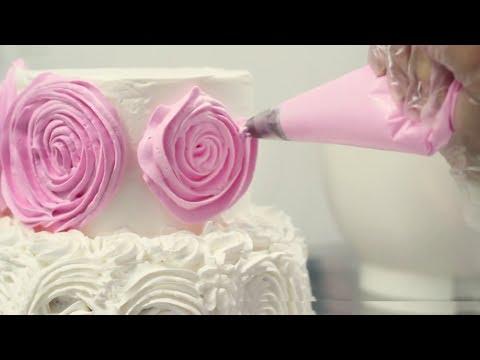 Confeitando o bolo com Rosas de chantilly (passo a passo) - Emilia Leiko
