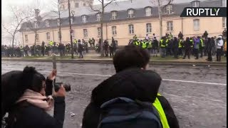 Yellow Vests protesters clash with police in Paris 10th week in a row - RUSSIATODAY