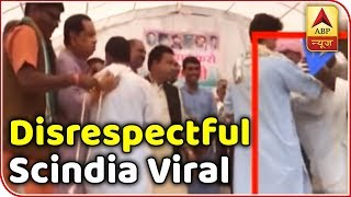 Election Viral: Scindia blesses elderly man who touched his feet - ABPNEWSTV