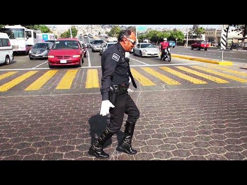 México: El policía que encandila a peatones y conductores al ritmo de Michael Jackson
