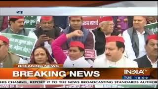 Samajwadi Party Leaders Protest Infront Of Uttar Pradesh's Assembly Premises - INDIATV