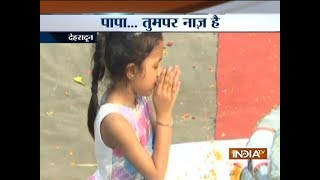 Kuglam encounter | 6 year old daughter pays tribute to martyred father Deepak Nainwal| terror attack - INDIATV