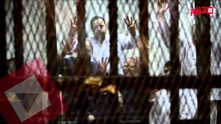 اتفرج | مرسي يرد على حكم حبسه برفع إشارة رابعة