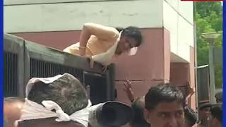 अटल बिहारी वाजपेयी के अंतिम दर्शन के लिए उमड़ा जन सैलाब, धूप-गर्मी से बेहोश गया कार्यकर्ता - ITVNEWSINDIA