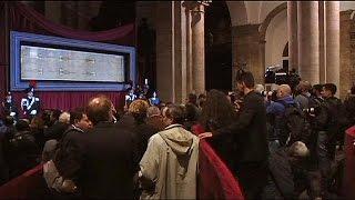 آلاف الزوار يتوافدون على كاتدرائية تورينو لمشاهدة «كفن المسيح»