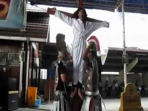 Yesus wafat di Salib. Perhentian XII..Prosesi Salib IYD Palembang menuju IYD 2012 di Sangau, Kalbar.