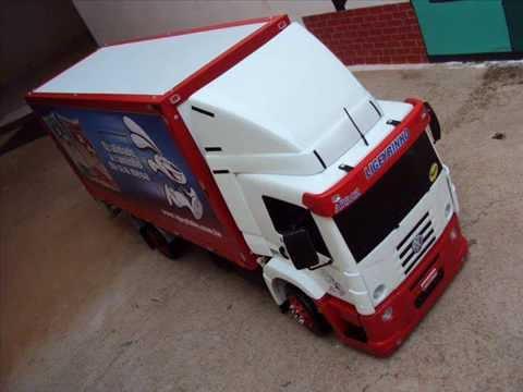 miniaturas de caminhão em madeira.