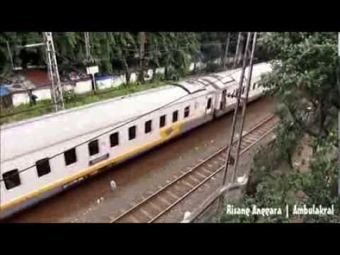 Nonton Kereta Api di Jatinegara dari Jembatan Halte Busway
