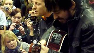 Linkin Park - Leave Out All The Rest (acoustic) 11.11.10 Lpu summit O2 arena