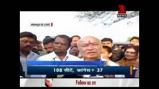 Elections 2014: SushilKumar Shinde, Supriya Sule cast their vote in Maharashtra - ZEENEWS