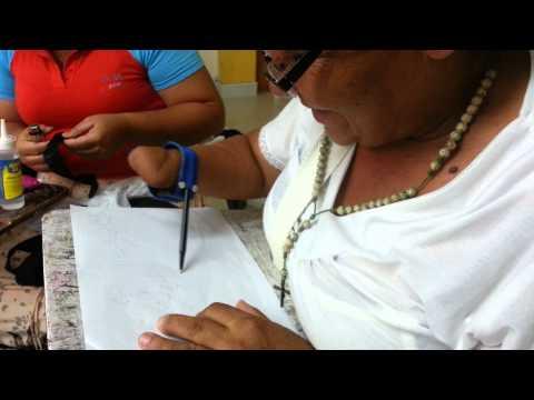Mujer con mano amputada vuelve a escribir usando Ayuda Técnica de Bajo Costo,
