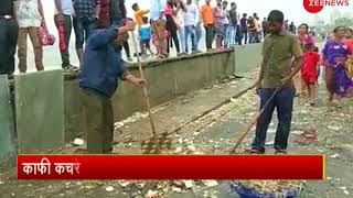 High tide in Mumbai spills up piles of garbage on the roads - ZEENEWS