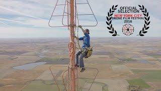 فيديو من طائرة بدون طيار يصور عامل صيانة بأعلى برج للبث يلاقي رواجا كبيرا