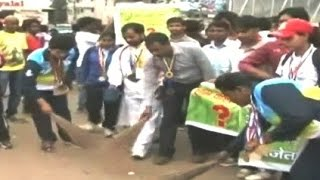 Ranchi: Athletes polish shoes, sweep roads to draw attention to their economic condition - NDTVINDIA