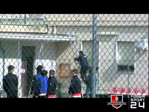 Il Foggia Calcio manda il pallone su un balcone, la signora lo restituisce
