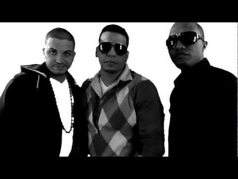 El Majadero Ft. Khriz John & Algenis @ Ella Me Miro (Official Video) (La Fama Records)