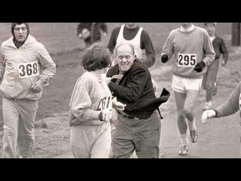 Switzer zatrzymywana w trakcie swojego pierwszego maratonu.
