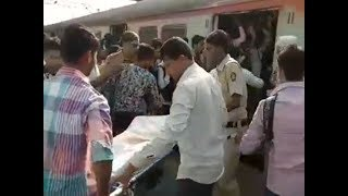 Watch: Police carry body in crowded local in Thane - TIMESOFINDIACHANNEL