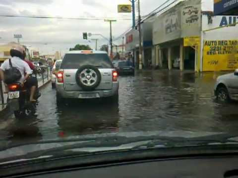 Chuva em Goiania dia 09/10/2012 - mulheres levam banho na moto bem na minha frente