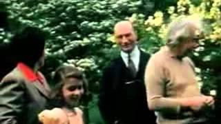 ألبرت آينشتاين مع عائلته وأصدقائه