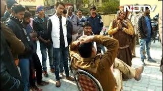 बेटे की मौत की रिपोर्ट लिखवाने गई मां इंस्पेक्टर के पैरों में गिरी - NDTVINDIA