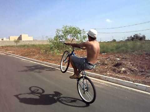 Aprendendo a Empinar de Bike