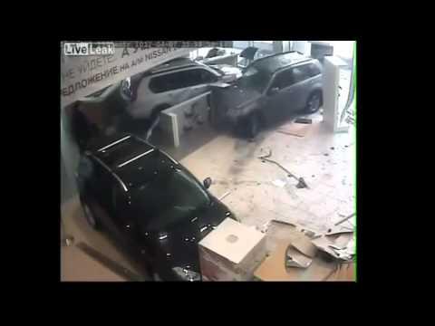 Homem entra com carro na concessionária da Nissan e destrói tudo