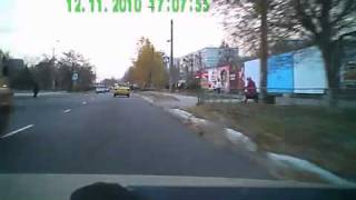 Таксист чуть не сбил девочку