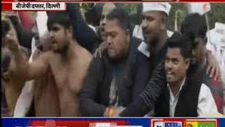 दिल्ली के सीएम अरविंद केजरीवाल पर अटैक के बाद कार्यकर्ताओं का प्रदर्शन - ITVNEWSINDIA